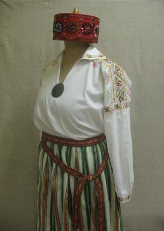1926. gada ieteikumiem atbilstošs tautiskais tērps no Talsu muzeja krājuma